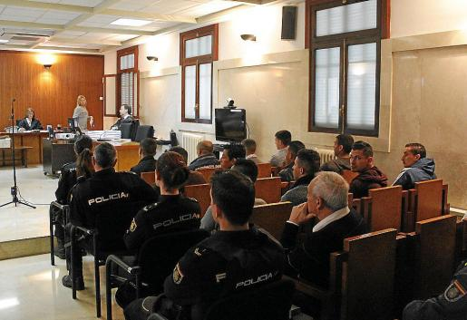 Algunos acusados, que se encuentran en prisión provisional, este lunes en la Audiencia de Palma.