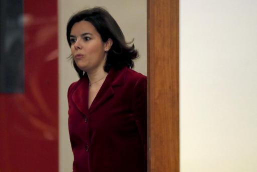 La vicepresidenta del Gobierno en funciones, Soraya Sáenz de Santamaría, llega a la rueda de prensa el pasado viernes tras el Consejo de Ministros.