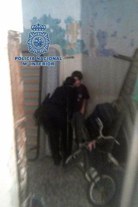 Imagen facilitada por la Policía del menor encerrado por su madre en un cuarto en condiciones infrahumanas.
