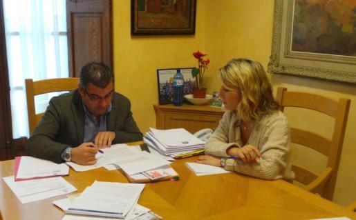 El alcalde Jaume Porsell y la regidora de Economía y Hacienda  Estefanía Gonzalvo.