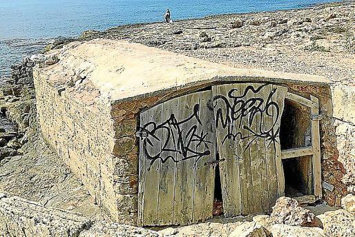El 'escar' des Fariner, con su puerta de acceso de espaldas al mar.