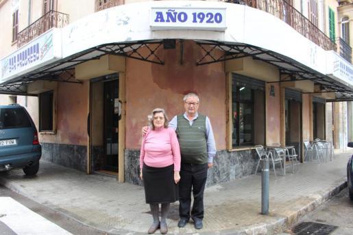 Magdalena Simón y José Cabrillana frente el bar Progreso