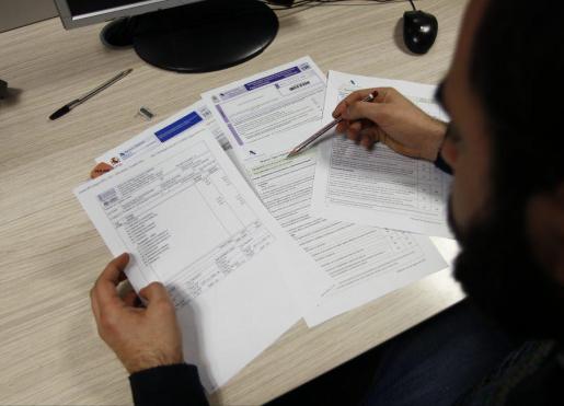Un ciudadano, cumplimentando la declaración de la renta.