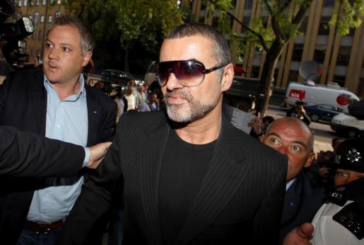 El cantante George Michael, llegando hoy a un tribunal de Londres para comparecer ante las acusaciones de posesión de cannabis y conducción bajo el efecto del alcohol o las drogas.