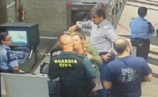 La diputada canaria de Podemos Victoria Rosell durante su última discusión con un guardia civil del aeropuerto de Las Palmas Gran Canaria.