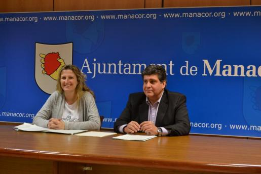 La regidora de Economia, Maria Antònia Sansó, junto al alcalde Pedro Rosselló, en rueda de prensa.