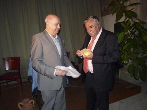 Pere A. Serra recibe la medalla que le entrega Joan Guaita, presidente de la Fundació Amics del Patrimoni.
