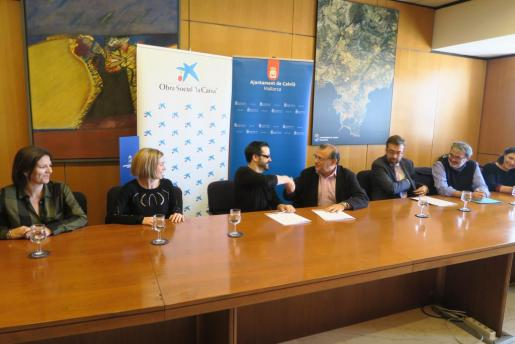 El Alcalde de Calviá, Alfonso Rodríguez Badal, y el Director del Programa Lanzaderas de Empleo en Fundación Santa María la Real, Álvaro Retortillo, durante la firma del convenio.