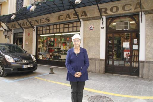 Catalina Torrents ante la fachada de Casa Roca.
