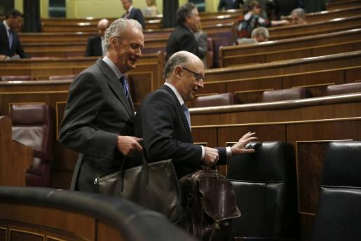 Los ministros de Defensa, Pedro Morenés (i) y Hacienda, Cristóbal Montoro, al inicio del pleno del Congreso del pasado miércoles.