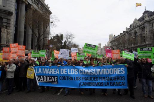 Participantes en la manifestación convocada por la Asociación de Usuarios de Bancos, Cajas y Seguros (Adicae) para protestar contra la impunidad del sector financiero coincidiendo con la celebración del Día Mundial del Consumidor en marzo de 2015.