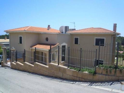 El inmueble más caro es un chalet unifamiliar de más de 342 metros cuadrados en Calvià, con un precio de 866.300 euros.