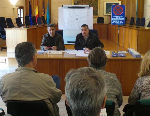 Jaume Porsell y Jonás Palomo durante la reunión con los vecinos de la zona.