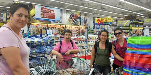 Triguero, Monedero y Fernández, con otra voluntaria, compraron material necesario en los supermercados de Atenas.