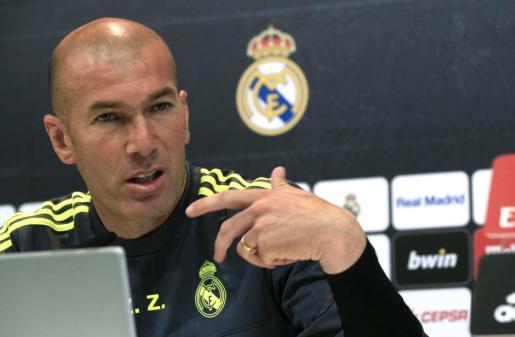 El técnico del Real Madrid, Zinedine Zidane, durante la rueda de prensa que ofreció tras el entrenamiento del equipo.