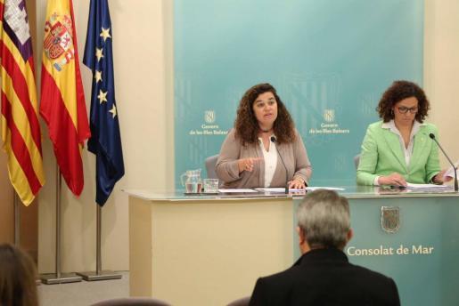 La portavoz y consellera de Presidència, Pilar Costa, junto a la consellera de Hisenda y Administracions Públiques, Catalina Cladadera, durante una rueda de prensa celebrada la mañana de este viernes.
