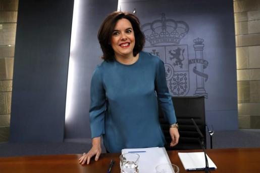 La vicepresidenta del Gobierno en funciones, Soraya Sáenz de Santamaría, al inicio de la rueda de prensa que ha ofrecido este viernes tras la reunión del Consejo de Ministros.