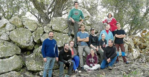Algunos de los participantes en las jornadas en el talaiot de son Lluc.