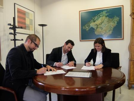Mercedes Garrido, Guillem Villalonga, y Tomeu Tugores, durante la firma del convenio.