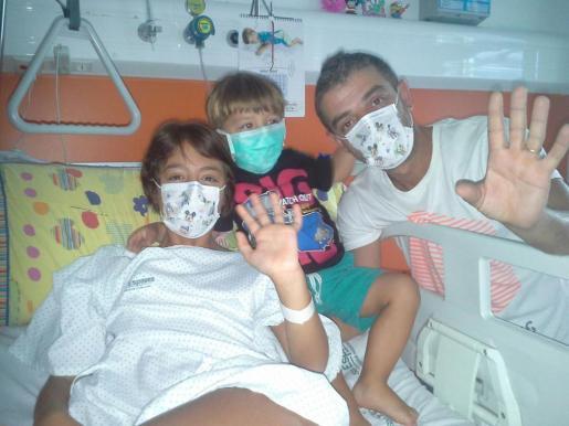Vanesa junto a su hermano Xavier y su padre, Francisco Ayala, saludando desde su cama del hospital.