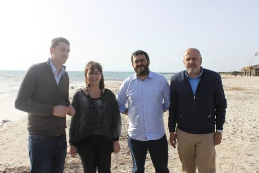 Sebastià Sagreras, Francina Armengol, Vicenç Vidal y Miquel Ensenyat en la playa de es Trenc.