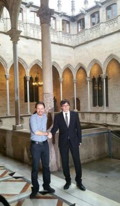 Pablo Iglesias y Carles Puigdemont antes de la reunión que han mantenido la tarde de este viernes.