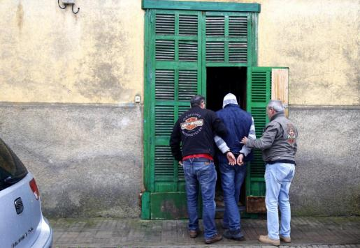 Uno de los arrestados en el momento del registro de uno de los domilicios.
