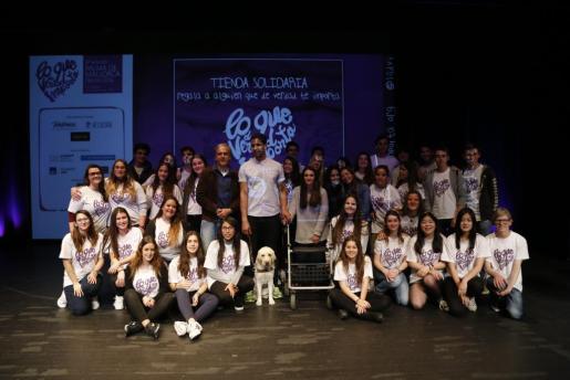 Al finalizar el acto, los ponentes se hicieron una foto con los voluntarios que participaron en la organización, estudiantes de los colegios Ágora Portals y Montesión.