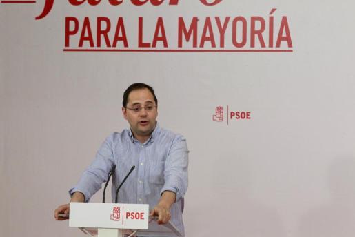El secretario de Organización del PSOE, César Luena, durante su participación en un curso de formación en el que se han entregado los carnets a los nuevos militantes del PSOE este sábado en Madrid.