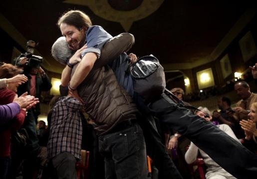 El secretario general de Podemos, Pablo Iglesias, abrazado por un simpatizante a su llegada a un encuentro con los círculos de su partido en Cataluña celebrado en el Casino de la Aliança del Poblenou, en Barcelona.