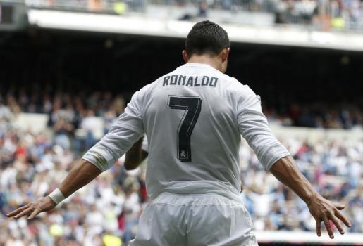 El delantero del Real Madrid Cristiano Ronaldo celebra el gol durante el encuentro correspondiente a la trigésimo segunda jornada de Liga, contra el Eibar que se disputa en el estadio Santiago Bernabéu.