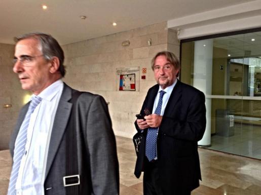 Los administradores concursales de Orizonia, Luis Pérez y Raimon Llull, en los juzgados de sa Gerreria, de Palma.