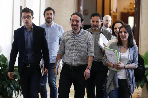 El equipo negociador de Podemos integrado por su líder, Pablo Iglesias (c), el portavoz parlamentario Íñigo Errejón (i), Irene Montero (d) y Carolina Bescansa (detrás), entre otros, a su llegada a la reunión con PSOE y Ciudadanos para explorar la posibilidad de negociar un acuerdo de gobierno.