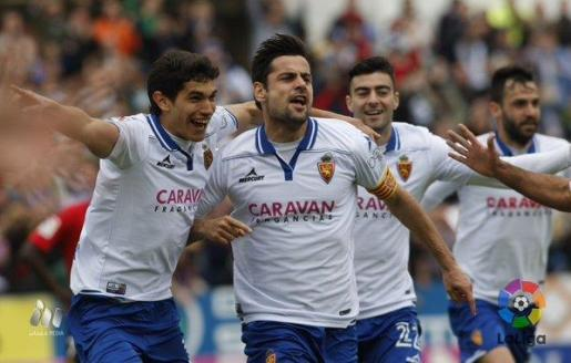 Los jugadores del Real Zaragoza celebran unos de los goles de Dorca.
