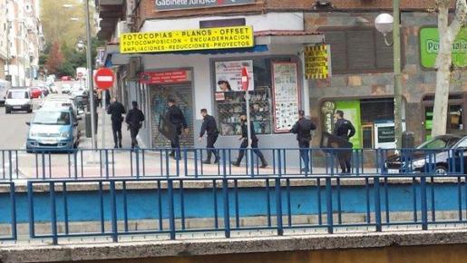 Varias personas permanecen retenidas en una clínica dental de la avenida del Mediterráneo de Madrid, al parecer por varias personas que pretendían atracar el local.
