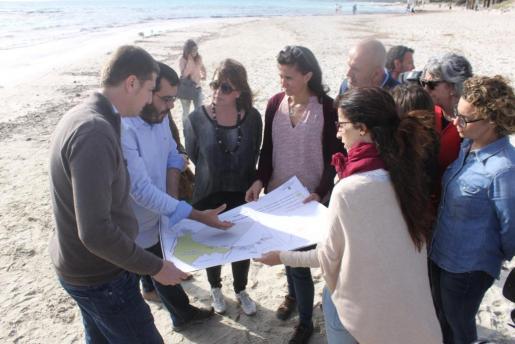 Imagen de archivo de una visita reciente de las autoridades del Govern, Consell y Ajuntament a es Trenc.