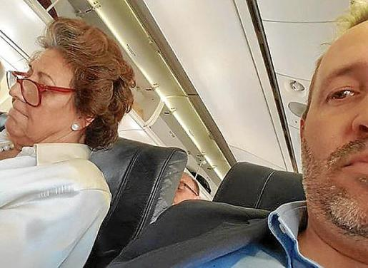 Rita Barberá, en el avión en el que llegó este lunes a Mallorca. La fotografía fue tomada por Pere Muñoz, director gerente de la ATB, que la colgó después en su Facebook.