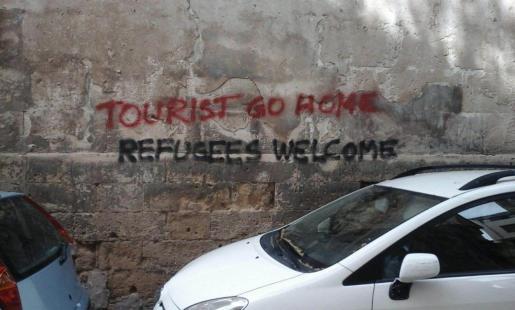Ejemplo de una de las pintadas que han aparecido en el centro histórico de Palma contra los turistas.