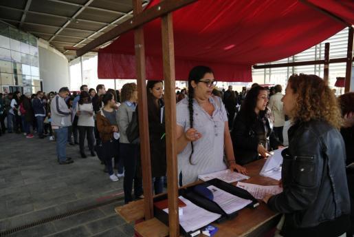 Más de 1.700 personas han pasada durante la jornada de este martes por el Palma Arena para dejar su currículo en la Feria del Empleo organizada por PalmaActiva.