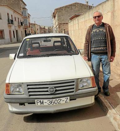 José Garcías lleva toda la vida con su Opel Corsa 1200 Luxus.