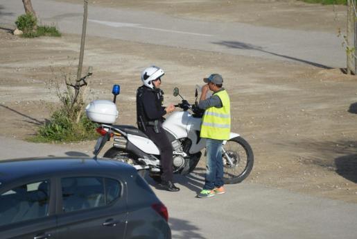 Un agente dialoga con el aparcacoches, en el párking del Salouet.
