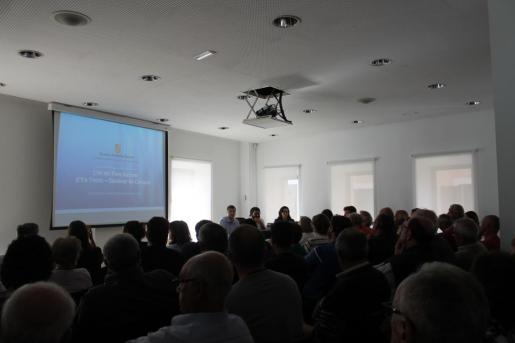 Momento de la asamblea informativa organizada por el Ajuntament de Campos.