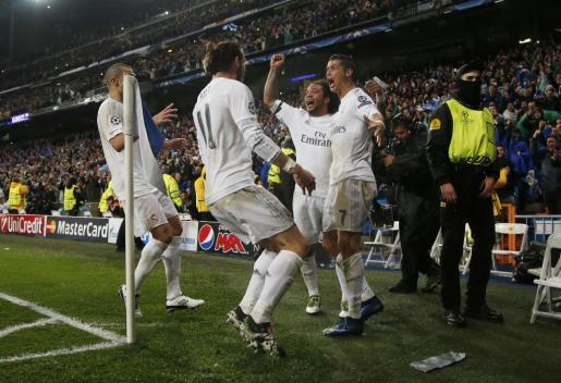 Cristiano Ronaldo celebra su tercer gol con Marcelo y Gareth Bale. Foto: Juan Medina