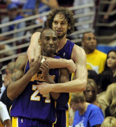 Los jugadores Kobe Bryant y Pau Gasol en una imagen de archivo. Ambos trabaron una gran amistad en su etapa conjunta en los Lakers de Los Angeles que los aupó al título de campeones en dos ocasiones.