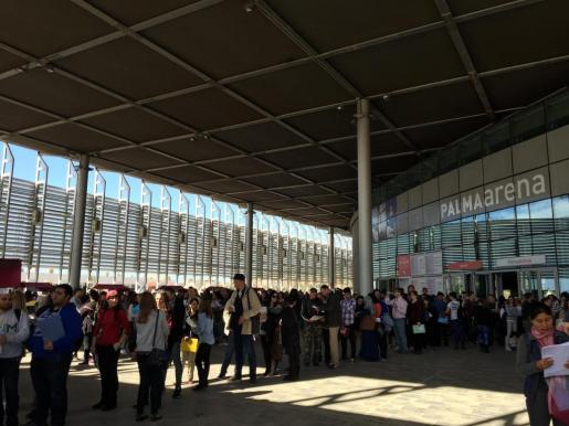 Numerosos palmesanos se están acercando estos días al Palma Arena para dejar sus currículos a las diferentes empresas que participan en la Feria de la Ocupación organizada por Palma Activa.