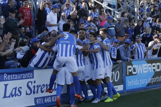 Los jugadores del Atlètic Balears celebran con su público el gol de Rubén Jurado que les ha dado la victória en la final de la Copa Federación.