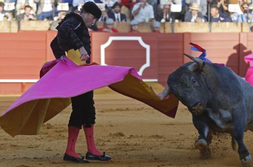 El matador de toros Manuel Escribano durante el segundo de su lote al que indultarón en la duodécima corrida de abono de la Feria de Abril, en la que compartió cartel con Morenito de Aranda y Paco Ureña, con toros de Victorino Martín, en la Real Maestranza de Sevilla.