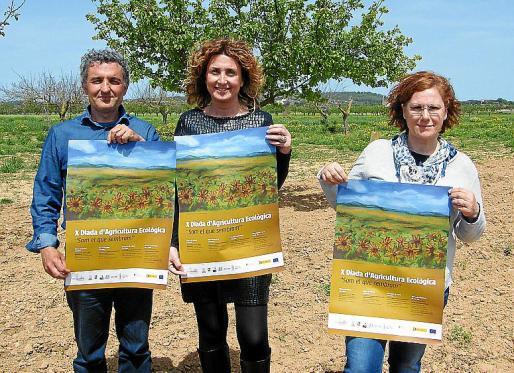 Jaume Jaume, Xisca Mora y Esperança Mora, con el cartel de La Fira Ecològica de este año.
