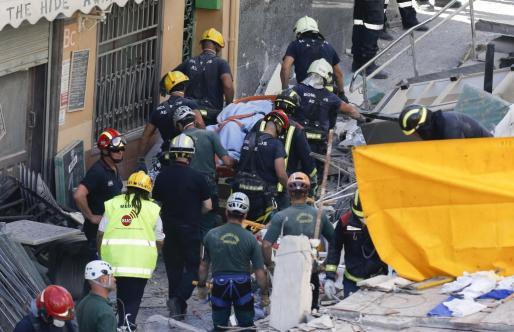 Los servicios de emergencias, rescatando uno de los cuerpos.