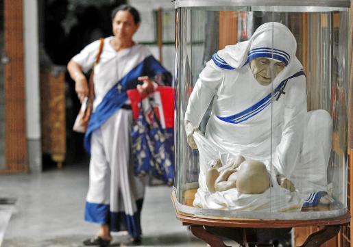 Imagen de una escultura que representa a la madre Teresa de Calcuta junto a un bebé.